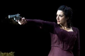 Manuela Mandracchia, applaudita protagonista di Hedda Gabler al Piccolo Teatro Grassi (foto  Tommaso Le Pera)