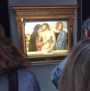 """Milano. Visitatori in ammirazione davanti alla """"Pietà"""" del Bellini alla Pinacoteca di Brera (foto p.a.p.)"""