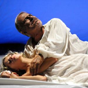 """Milano. Massimo Dapporto e Angelica Leo nella scena finale di """"Otello"""" con la regia di Nanni Garella (foto Luca Sgamellotti)"""
